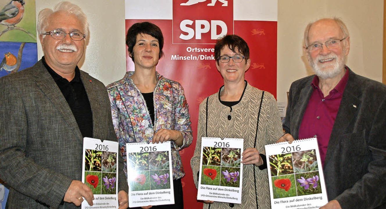 Neujahrsempfang der SPD Minseln: Hidir...Wilhelm Hundorf mit dem neuen Kalender  | Foto: Petra Wunderle