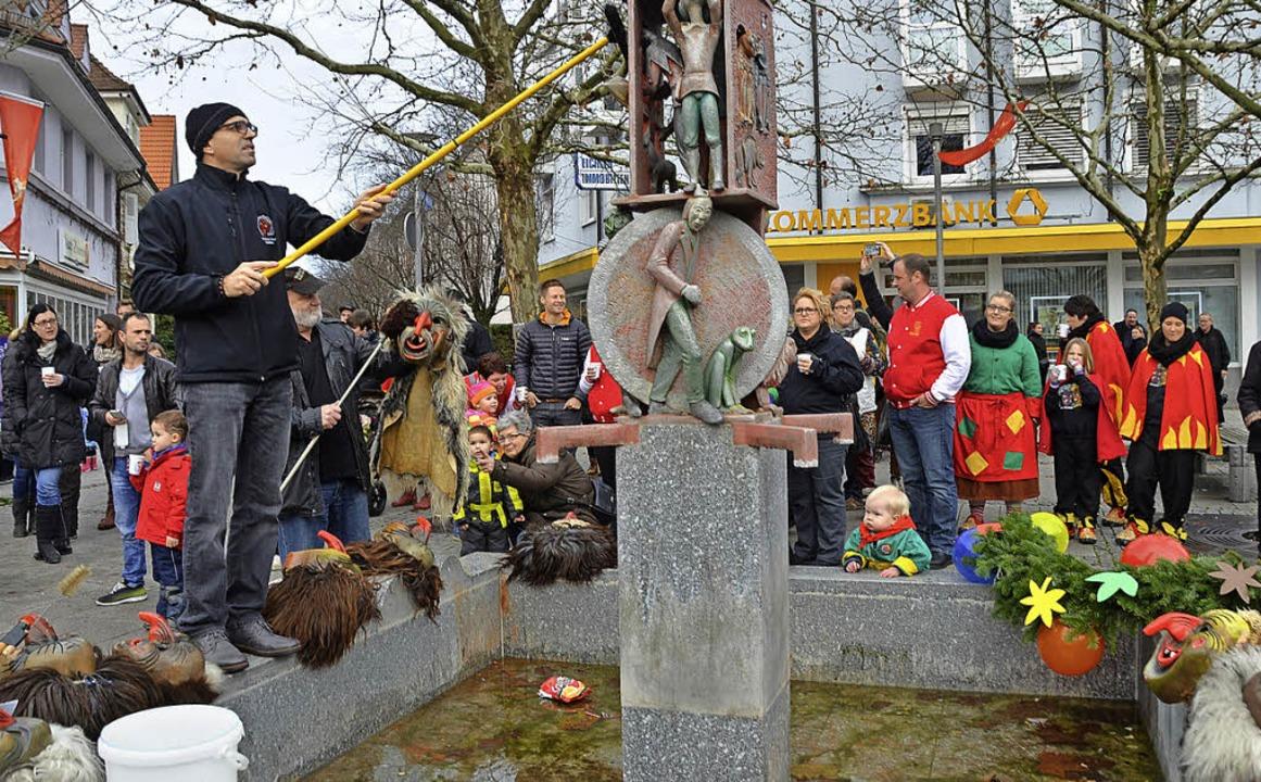 Die Dinkelbergschrate, hier Vorsitzend...stag ihre Masken am Narrenbrunnen ab.   | Foto: Peter Gerigk