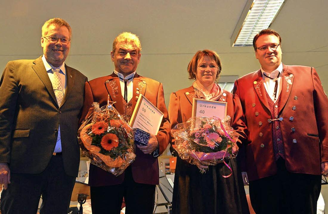 Ehrung (v. l.): Bernhard Podeswa vom B...hart (40 J.) und Vorstand Mario Isele   | Foto: Selz