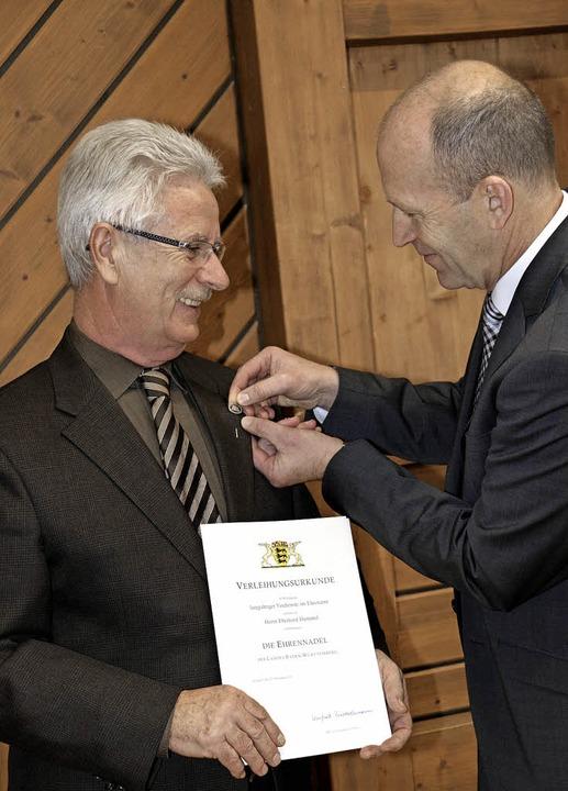 Im Namen des Ministerpräsidenten zeich...el mit der Ehrennadel des Landes aus.   | Foto: wd
