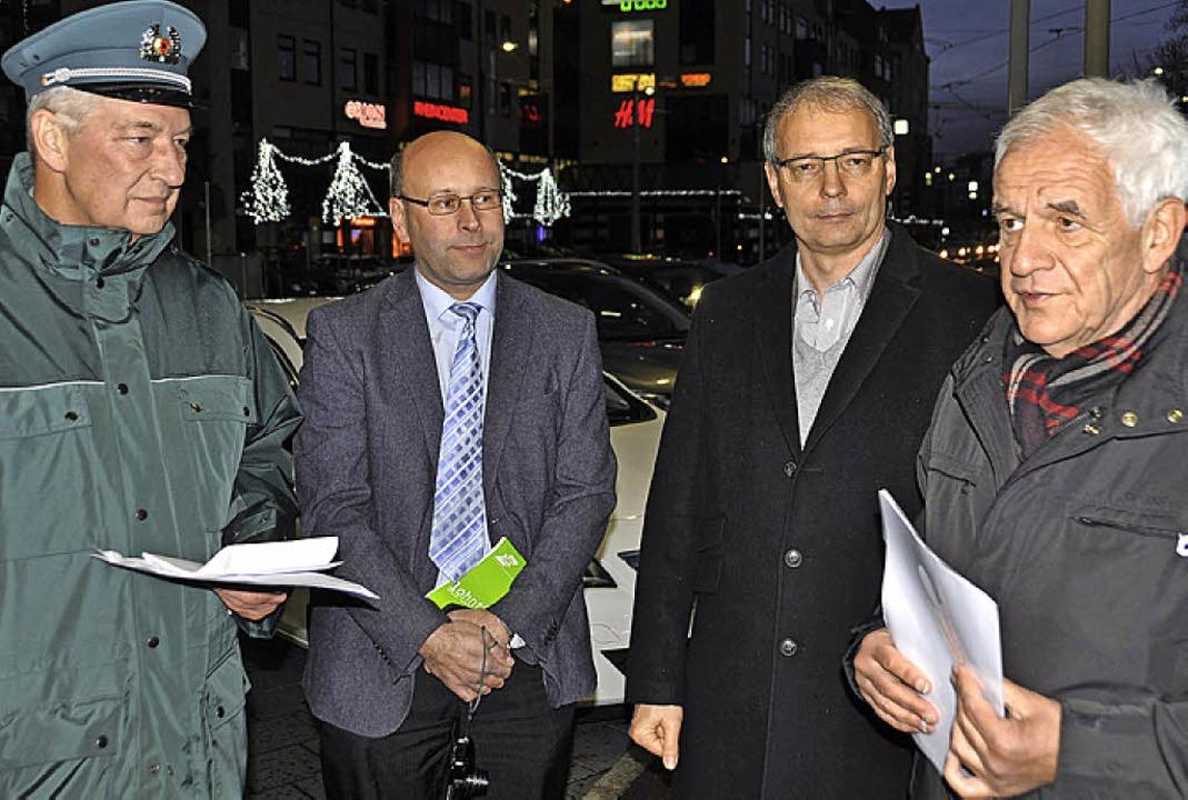 Rainer Stickelberger, Wolfgang Kailer,...om Zollamt Weil-Autobahn (von rechts)     Foto: Daniel Gramespacher