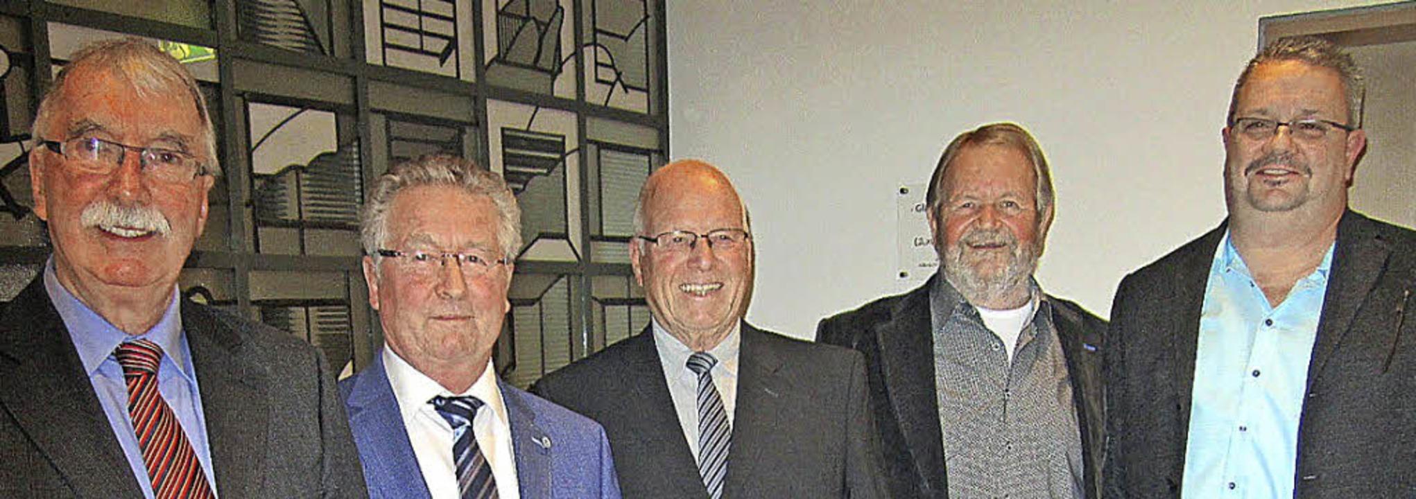 Vorsitzender Hansjörg Frommherz und  S...für 30-jähriges Singen (von links).       Foto: Hansjörg Bader