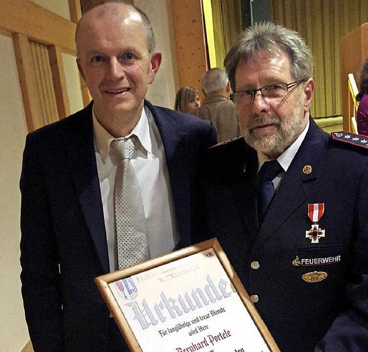 Bürgermeister Dietmar Zäpernick (links...mmandanten der Rickenbacher Feuerwehr.  | Foto: MIchael Krug