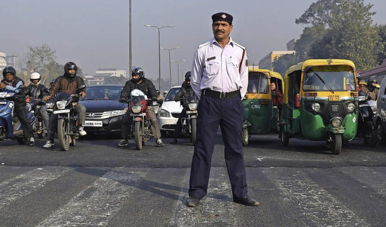 Auf die Verkehrspolizisten in Neu Delh... Fahrzeuge wieder in den Startlöchern.  | Foto: afp