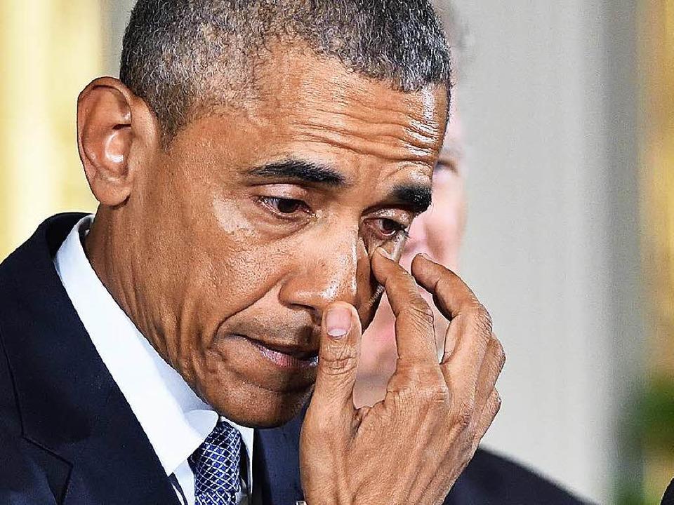 US-Präsident Obama wischt sich bei der... Weißen Haus eine Träne aus den Augen.  | Foto: AFP