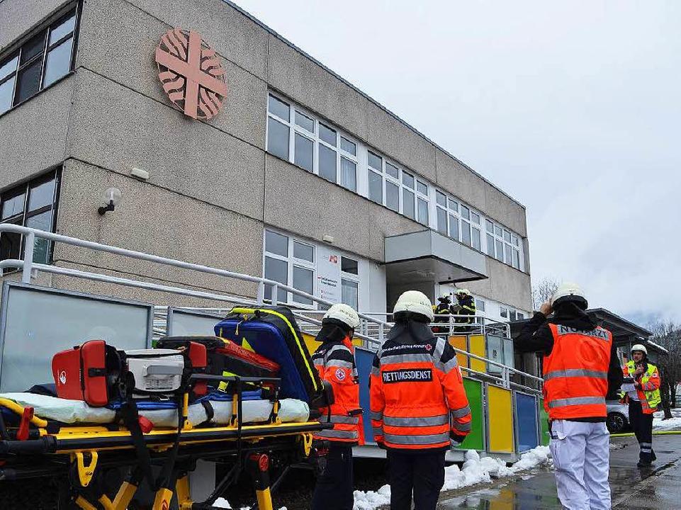 Großeinsatz in Neustadt: In der Caritas-Werkstätte ist ein Feuer ausgebrochen.  | Foto: Kamera24