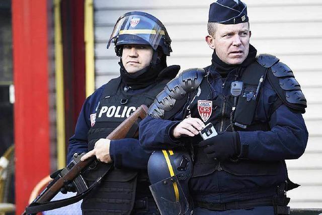Mann mit Sprengstoff-Attrappe attackiert Polizeirevier