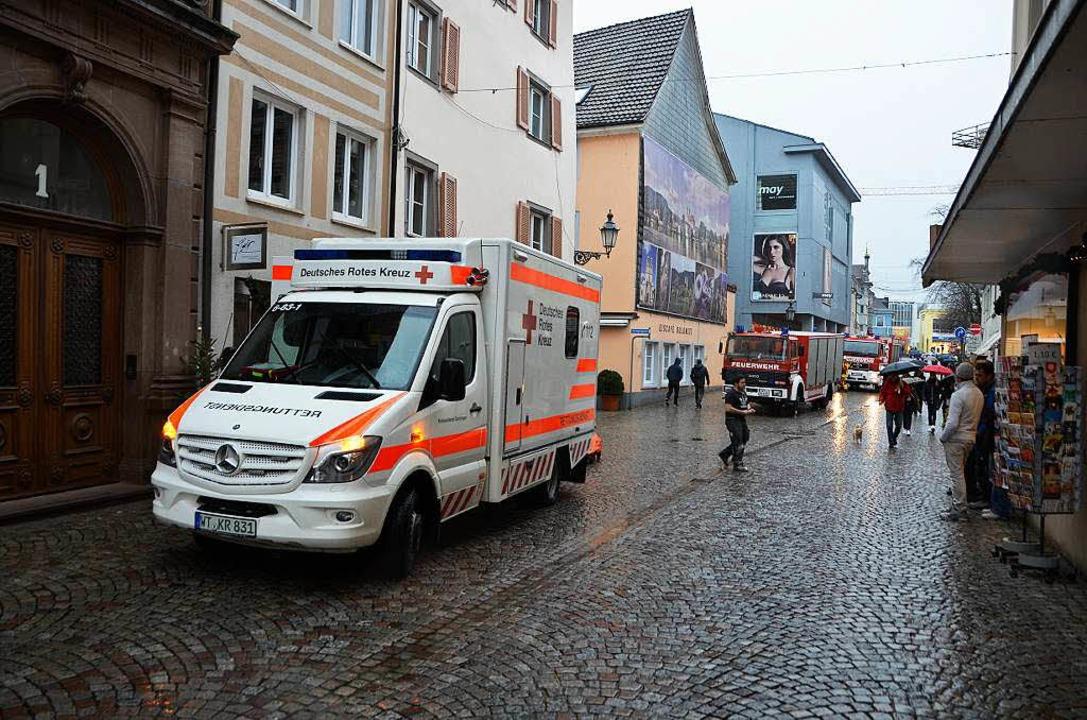 Ein Rettungsteam versorgt den Verletzten.  | Foto: Felix Held