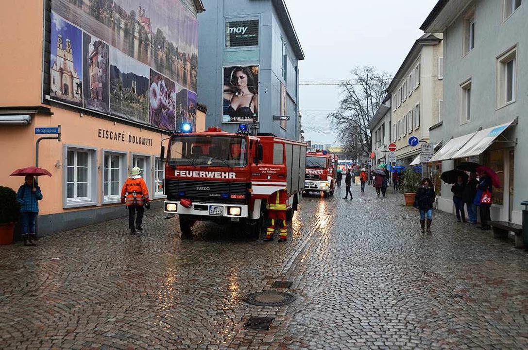 Die Feuerwehren Bad Säckingen und Wallbach sind im Einsatz.  | Foto: Felix Held