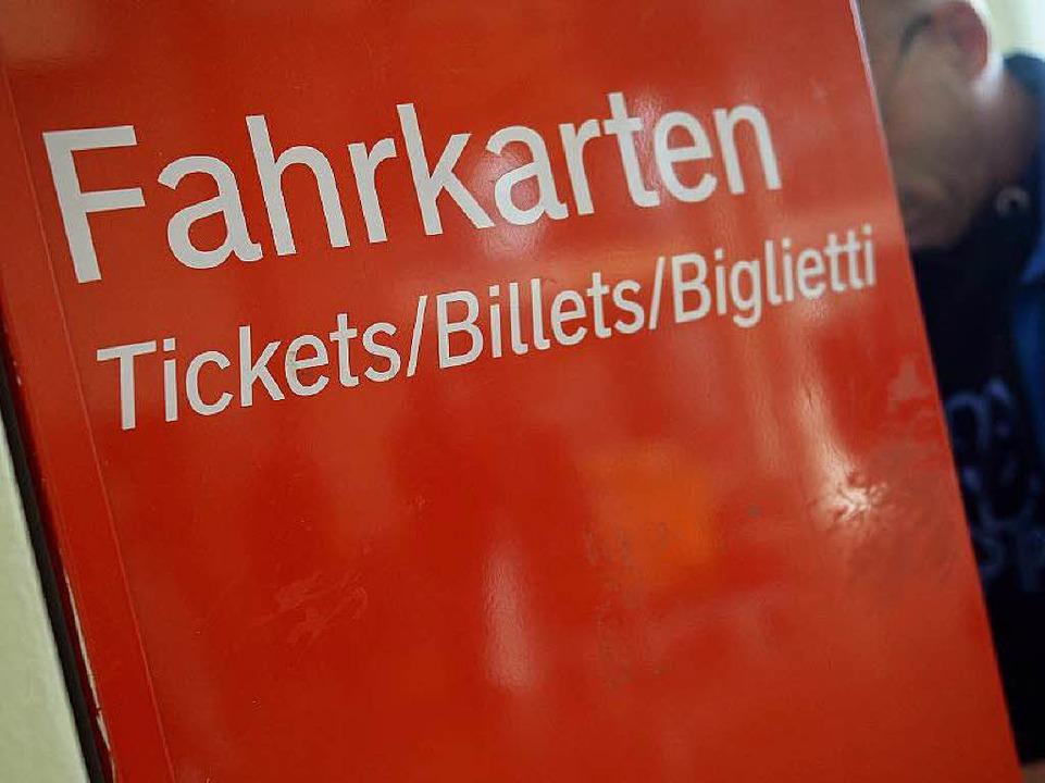 Wer kommt mit den Fahrkartenautomaten klar?  | Foto: dpa