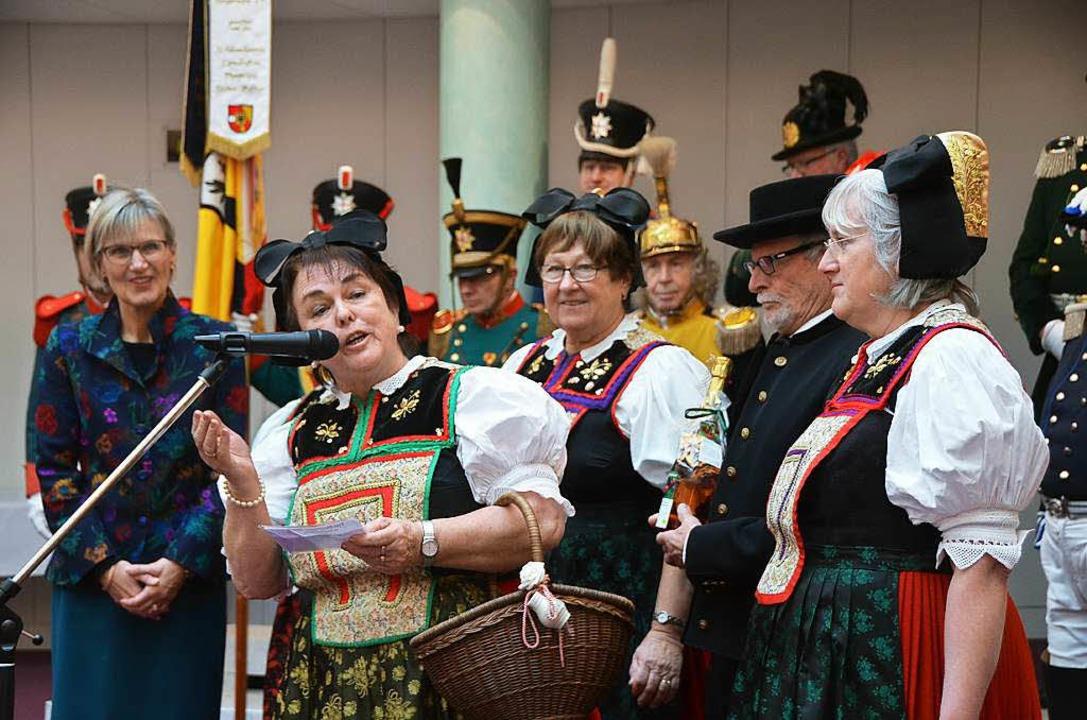Die Original Staufener Trachtengruppe ...este Neujahrswünsche an die Landrätin.  | Foto: Sebastian Wolfrum