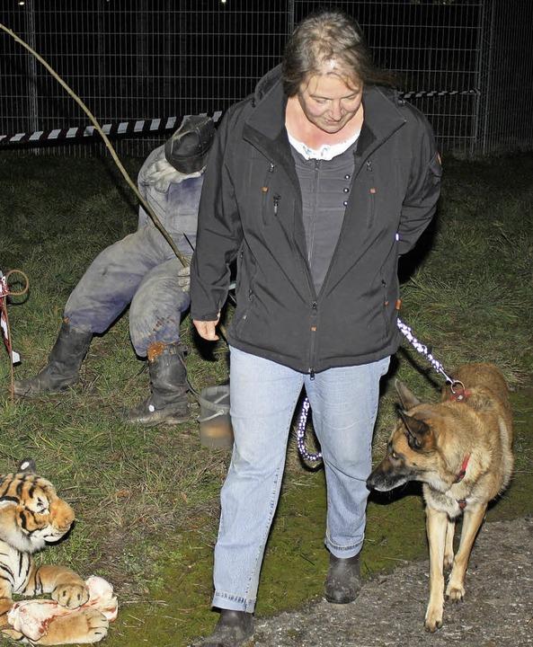 Eine Szene aus der  Nachtübung des Schäferhundevereins  | Foto: Schnabl