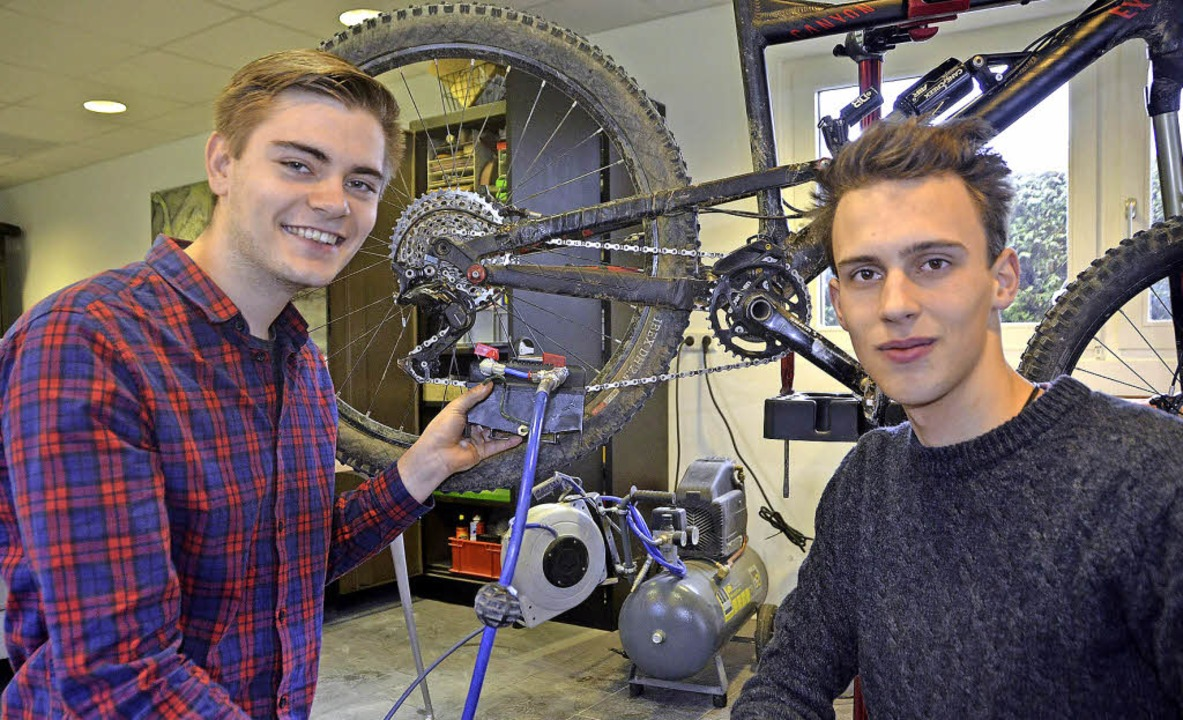 Marc Preiser (links) und Jonas Bayer f...das ihre Kette mit Luftdruck säubert.   | Foto: Hrvoje Miloslavic