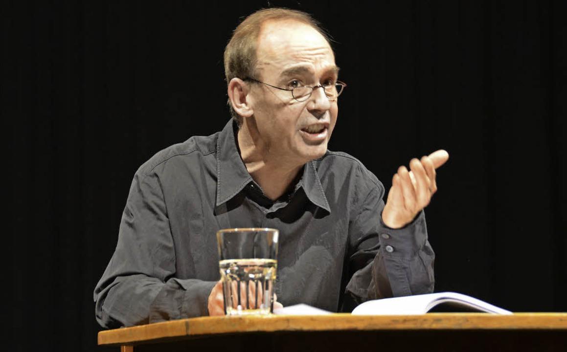 Inszenierte tragische Nächte zu Tisch: Peter Schröder   | Foto: Maldacker