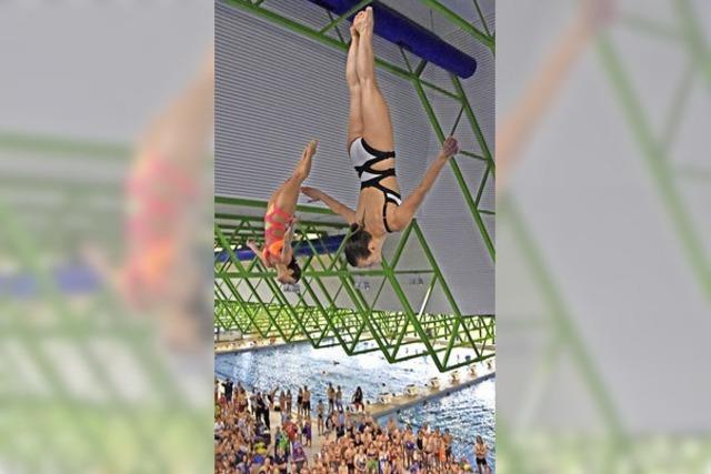 Aktive und ehemalige Turmspringer begeistern 850 Zuschauer im Westbad