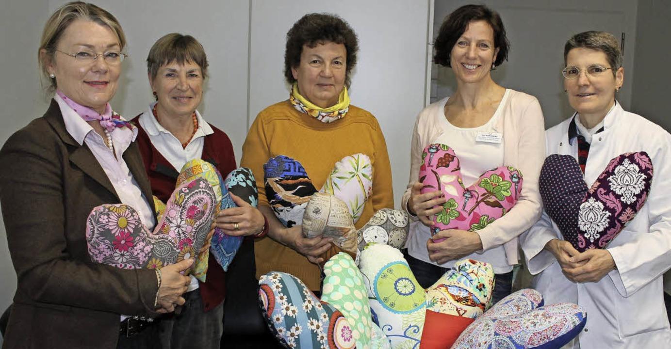 Bunte Herzkissen sorgen für Freude bei...ztin  Barbara Heitzelmann (von links).  | Foto: Landratsamt