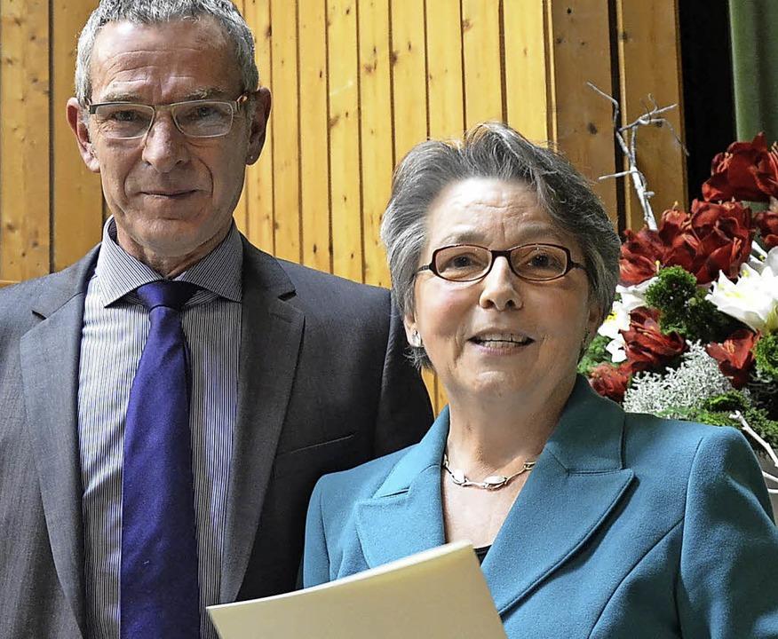 Bürgermeister Michael Goby und die Trä...r Dorfpreises 2015, Marlies Schumacher  | Foto: Benedikt Sommer