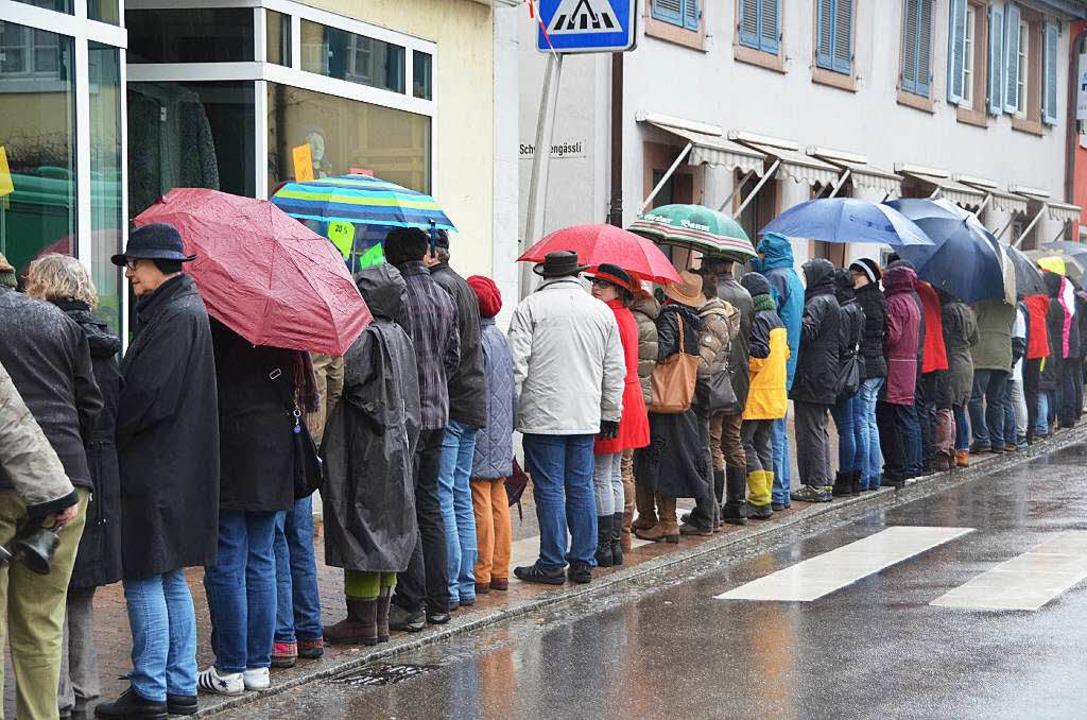 Stummer Protest: die Kanderner Menschenkette     Foto: Markus Maier