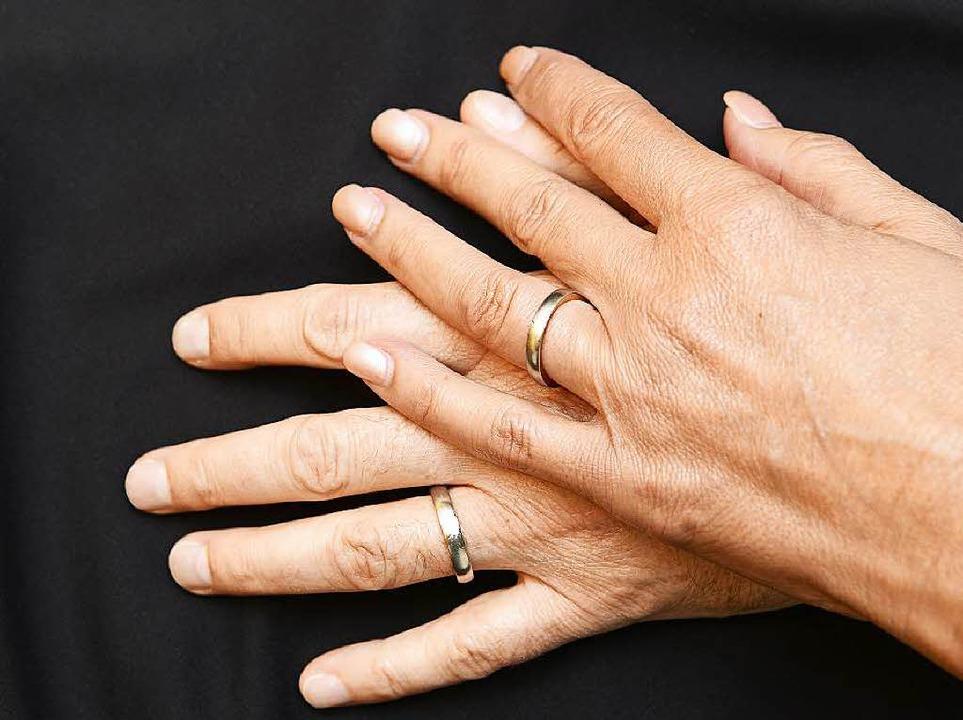 Mit Trauringen am Finger sind Helga Ma... Salomon aus Australien zurückgekehrt.  | Foto: Ingo Schneider