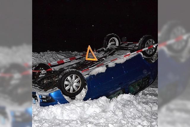 Unfallfahrzeug landet auf Dach