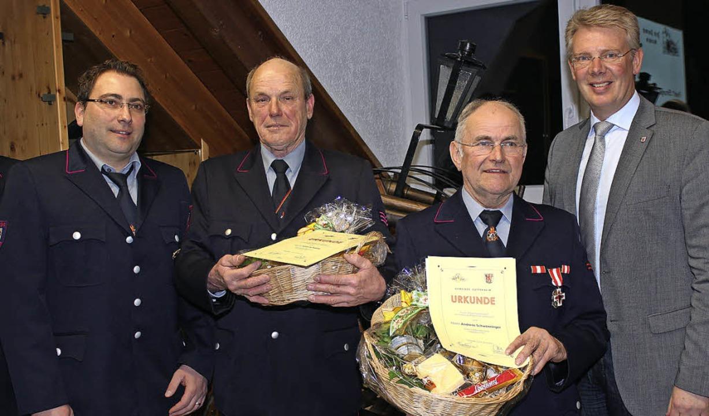 Bürgermeister Christian Riesterer (rec...heit geehrt wurde Peter Schwenninger.   | Foto: Mario Schöneberg