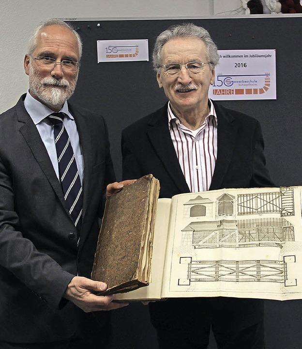 Geschenk: Jakob Rauter (rechts) überre...nbach ein Zimmerer-Lehrbuch von 1783.   | Foto: Weber