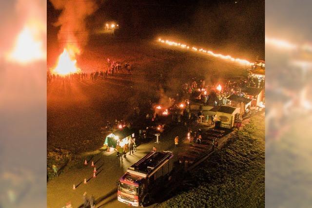 Feuerwehr verbrennt Weihnachtsbäume