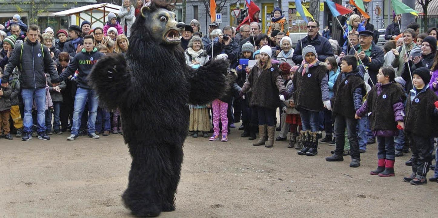 Zum Auftakt tanzt der Bär auf dem Matthäus-Kirchplatz.     Foto: ZVG