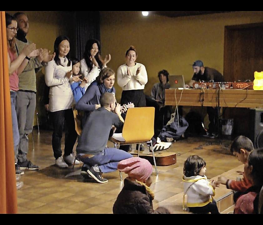 Unterhaltung für 300 Flüchtlinge auf der Bühne von St. Martin.     Foto: Privat