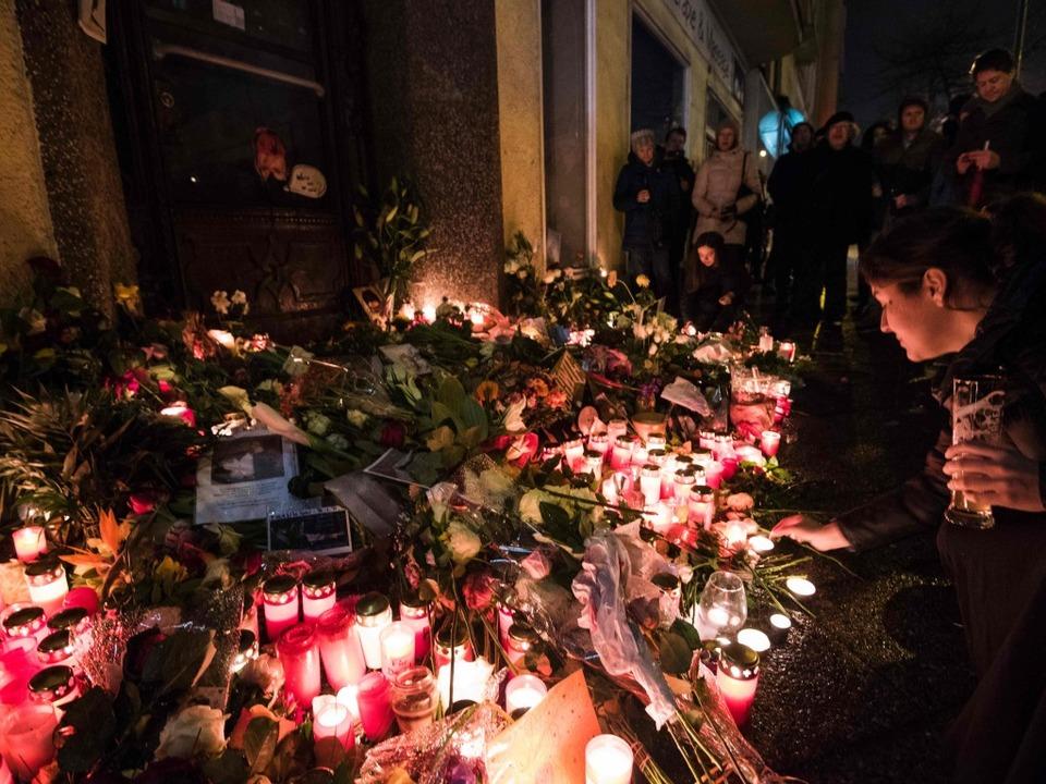 Fans in Berlin gedachten dem Sänger vo...maligen Wohnung in der Hauptstraße 155  | Foto: AFP
