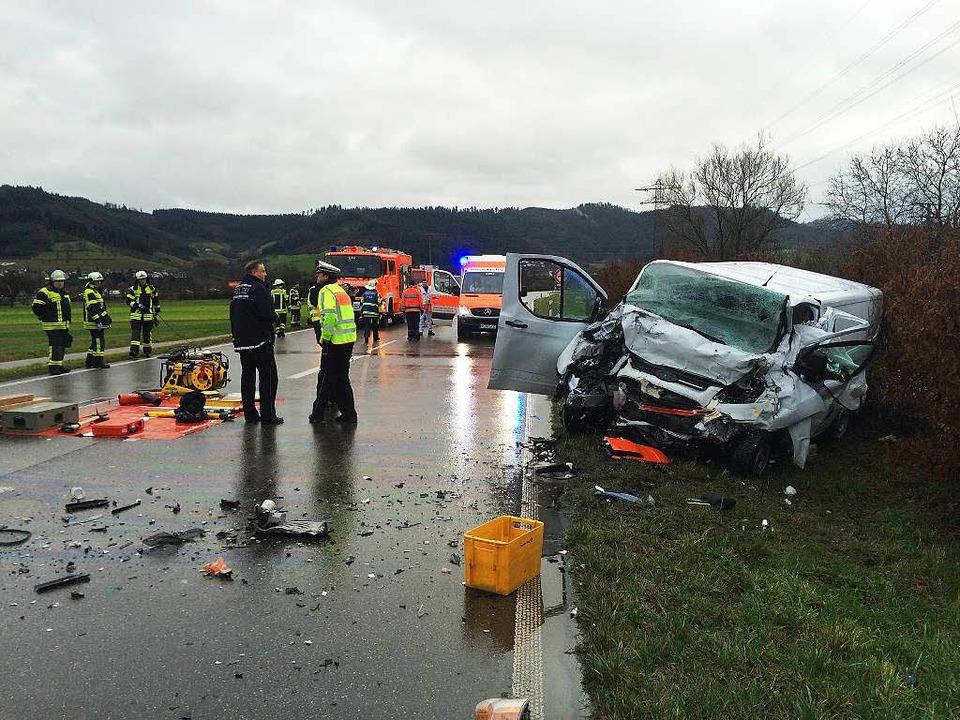 Der Fahrer dieses Kleintransporters stirbt in den Trümmern seines Fahrzeugs.  | Foto: Christoph Breithaupt