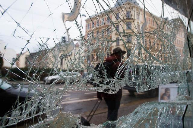 Hooligans und Neonazis verwüsten Geschäfte