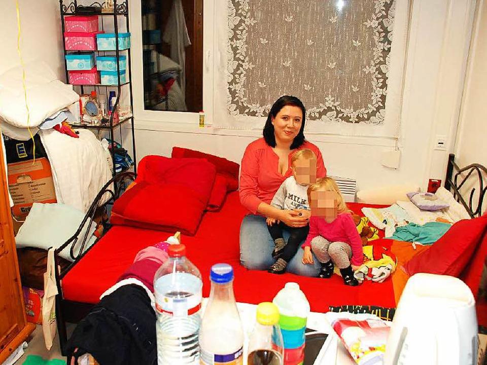Auf 15,3 Quadratmetern zu dritt: Selina R. mit ihren Kindern im  Wohncontainer.  | Foto: Kim Cara Ruoff