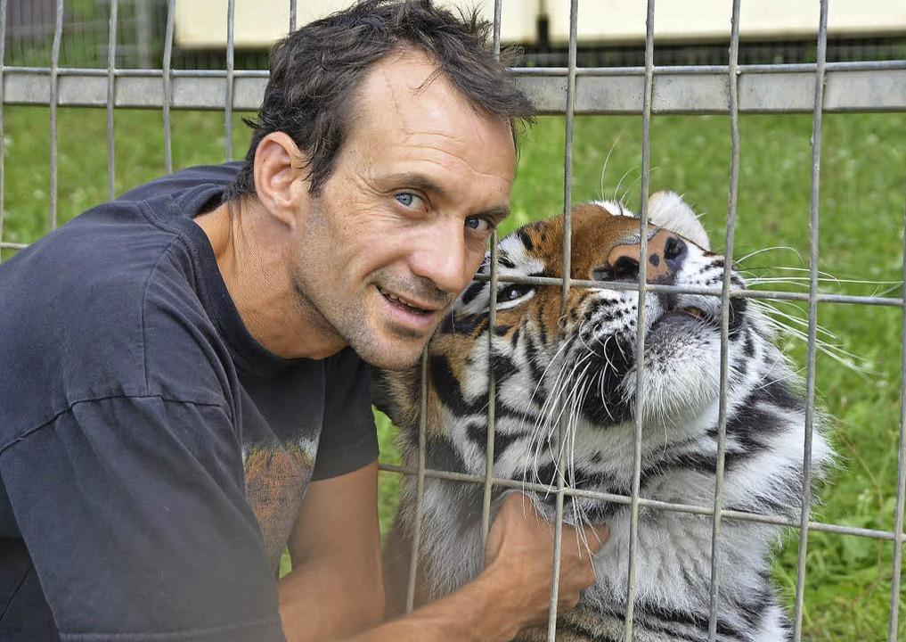 Raubtiertrainer Christian Walliser schmust gerne mit einem seiner Tiger.     Foto: Martin Wunderle