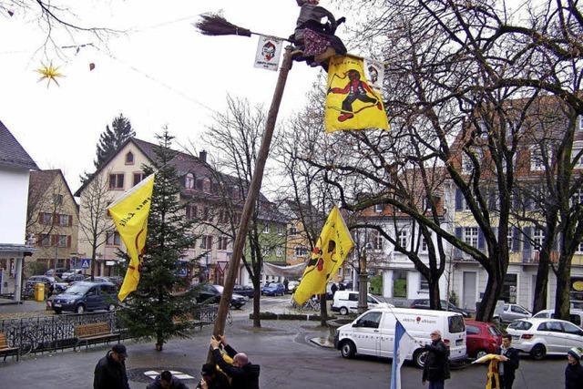 Der Narrenbaum steht bereits vor Herderns Kirche