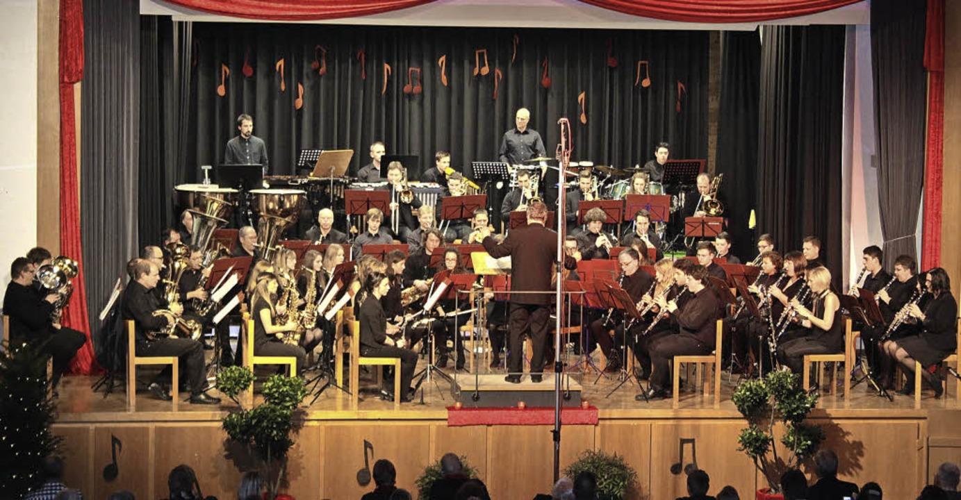 Gerade so fand das Orchester der Musik...nau Platz auf der Bühne der Festhalle.  | Foto: Karin Heiß