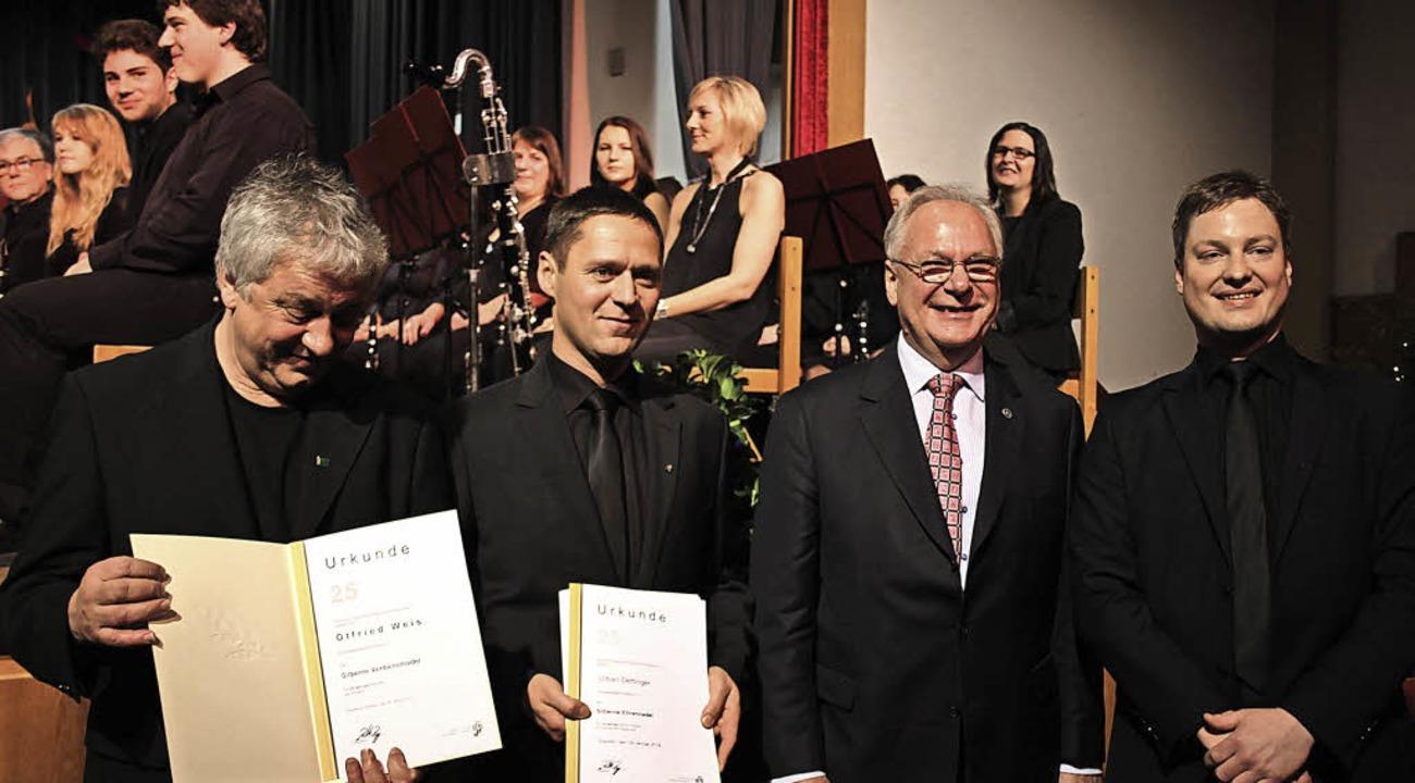 Otfried Weis (links) und Urban Detting...und  Alexander Wehrle (rechts) geehrt.  | Foto: Fotos: Karin Heiss