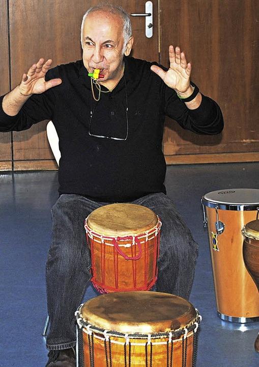 Musiklehrer Shakir Ertek gibt einsatzstark den  Rhythmus vor.  | Foto: Friederike Zimmermann