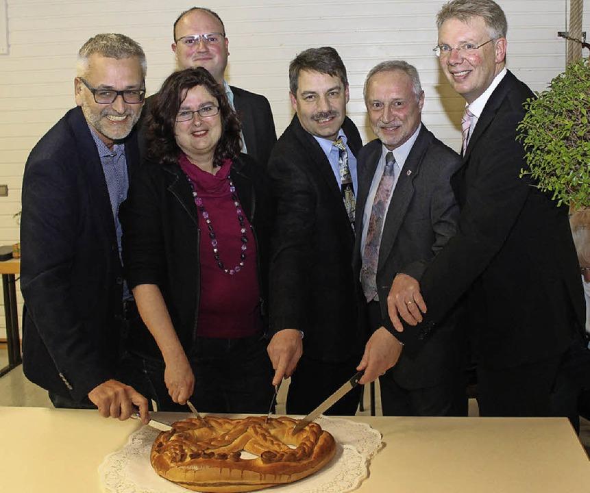 Manfred Leber, Ingrid Winkler, Clemens...r (von links)  die Neujahrsbrezel an.   | Foto: Mario Schöneberg