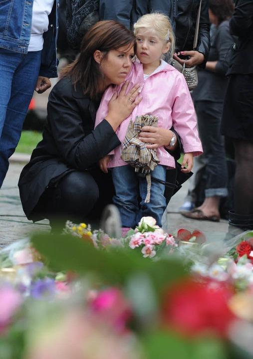 Eine Mutter mit ihrer Tochter nach der...cke im norwegischen Utoya im Jahr 2011  | Foto: dpa