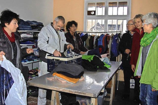Kleiderkammer für Flüchtlinge schon am ersten Tag voll