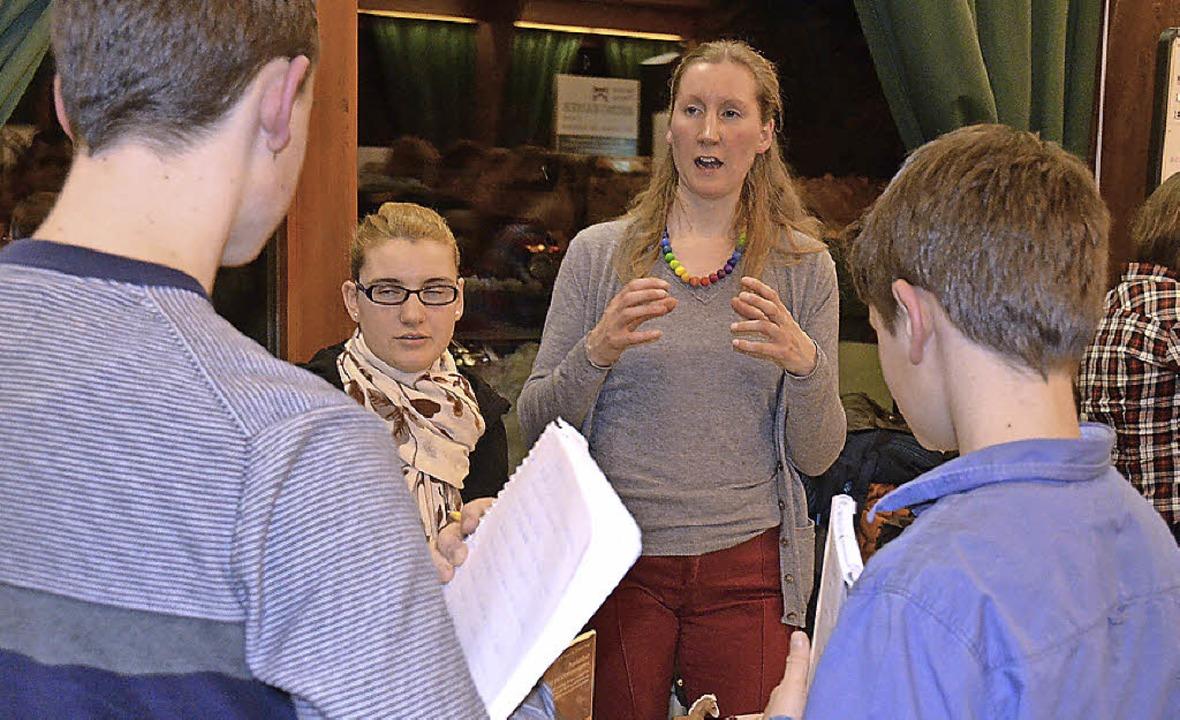 Die Schüler nutzten die Möglichkeit, s...e Vielzahl von Berufen zu informieren.  | Foto: Sebastian Barthmes