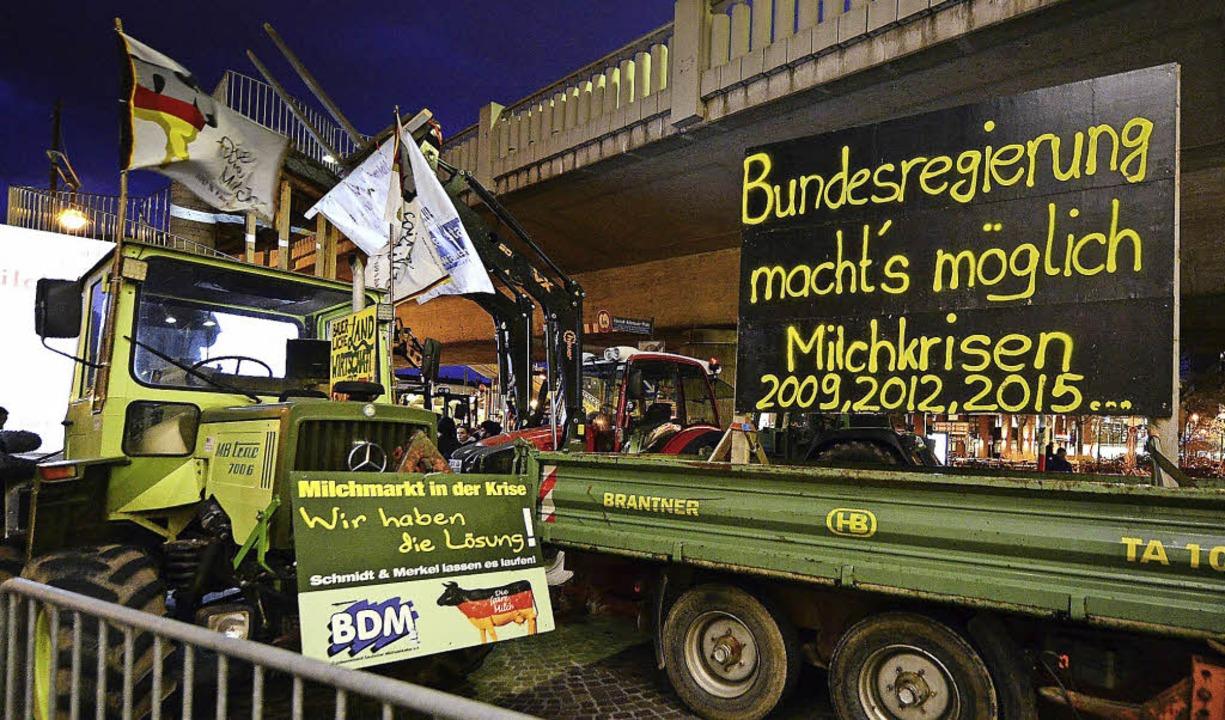 Bauern protestierten während des Besuc...lerin vor dem Freiburger Konzerthaus.   | Foto: Ingo Schneider/Christa Maier