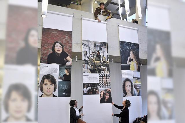 Bilder von forschenden Frauen in der neuen Unibibliothek
