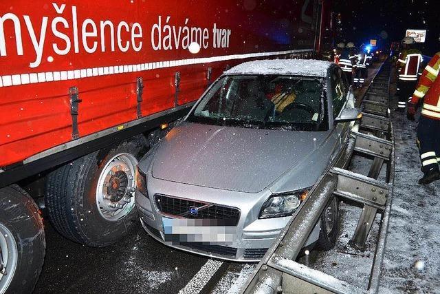 Auto wird zwischen Lastzug und Leitplanke eingequetscht