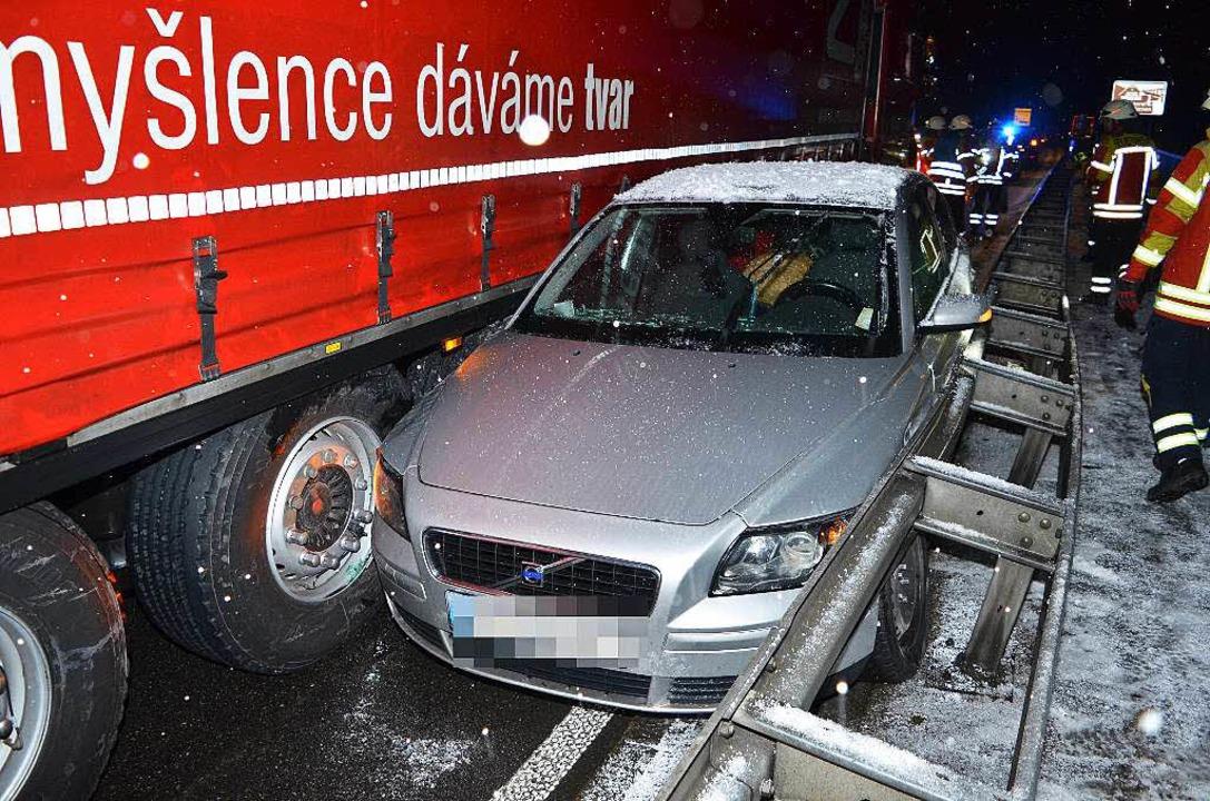 Der eingeklemmte Volvo  | Foto: Kamera24tv