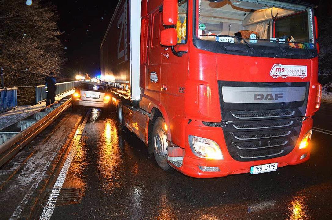 Eingeklemmt zwischen Lastzug und Leitplanke  | Foto: Kamera 24