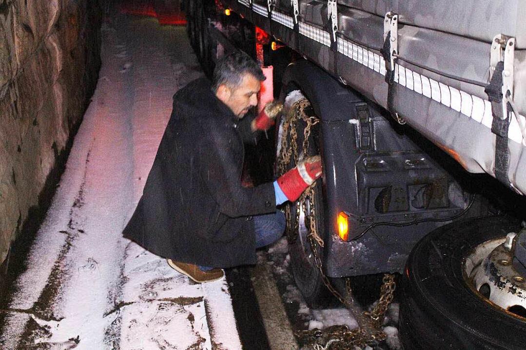 Brummifahrer mussten Schneeketten aufziehen.  | Foto:  Kamera24tv