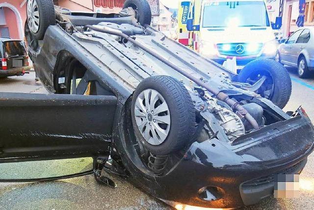 Fahranfängerin rammt parkendes Auto und überschlägt sich