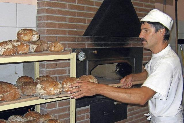 Das Brot kommt aus dem Holzofen